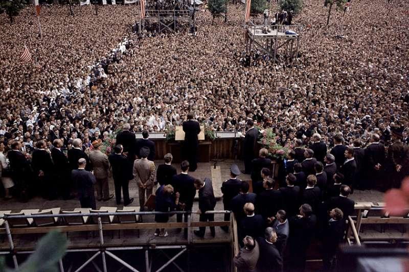 1963年6月26日、甘迺迪(John F. Kennedy)總統在西柏林舍恩貝格市政廳(Rathaus Schöneberg)發表「我是一個柏林人」(Ich bin ein Berliner)演講(Wikipedia / Public Domain)