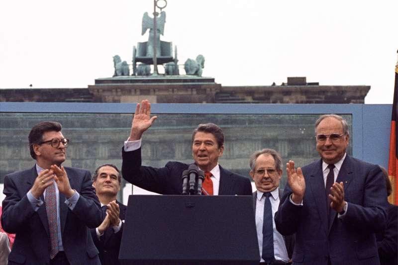 1987年6月12日,雷根(Ronald Reagan)來到西柏林(West Berlin),背對著布蘭登堡大門,發表「戈巴契夫先生,請你拆毀這道牆!」演講。(AP)