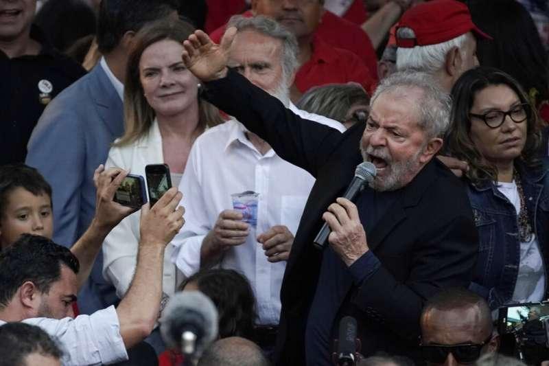 巴西前總統魯拉(Luiz Inácio Lula da Silva)8日獲釋,在數百名支持者的熱情歡呼下走出監獄。(AP)