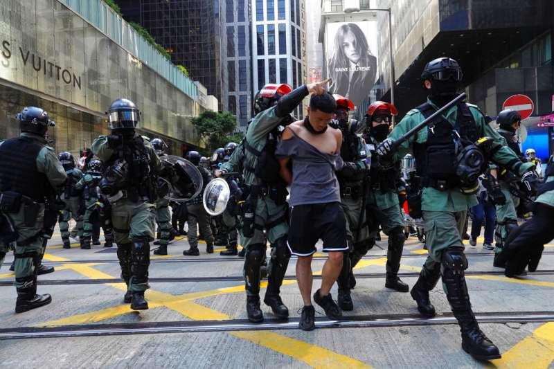 香港警察在街頭拘捕「反送中」抗爭者。(美聯社)