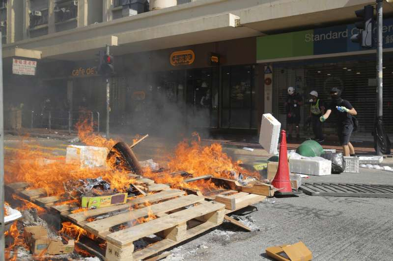 香港「反送中」抗爭者11月11日發動「全港三罷」與「和你周圍塞」,許多地方的路面都被堆滿雜物。(翻攝網路)