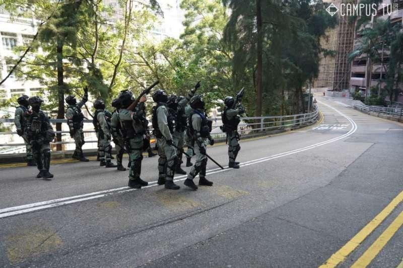 香港警方11日肆意進入香港大學校園,並一度對校園建築舉槍。(翻攝香港大學學生會校園電視臉書)