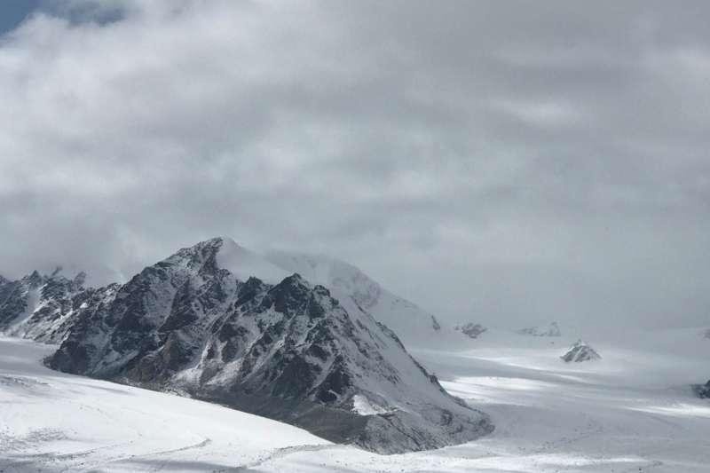 蒙古阿爾泰山最高的冷峰4374公尺。(海中雄提供)