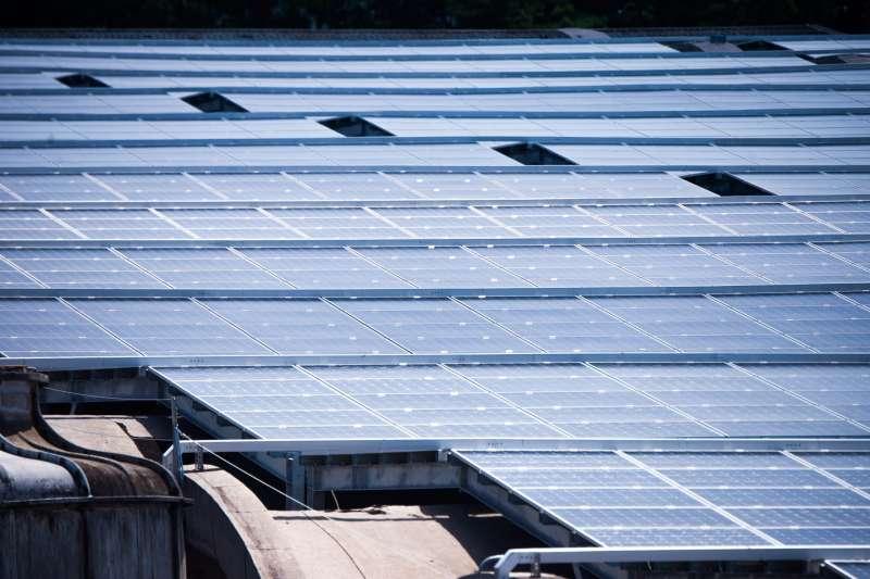 台電官員今(13)日指出,面對國內產業因「用電大戶」條款及供應鏈要求而需採購綠電,台電除將被動釋出手中約8億度的自有綠電。圖為太陽能示意圖。(資料照,取自桃園市政府網站)