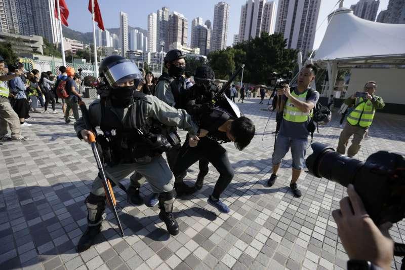 香港民眾11日發起「三罷」運動,但上午就出現港警對著空手的示威民眾開槍。(美聯社)