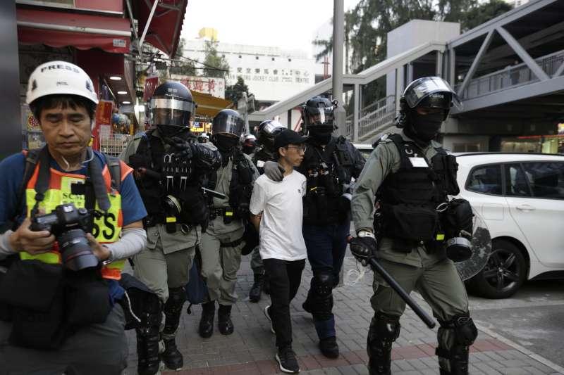 香港群眾連續第24個周末上街示威,警方逮捕約90人(AP)