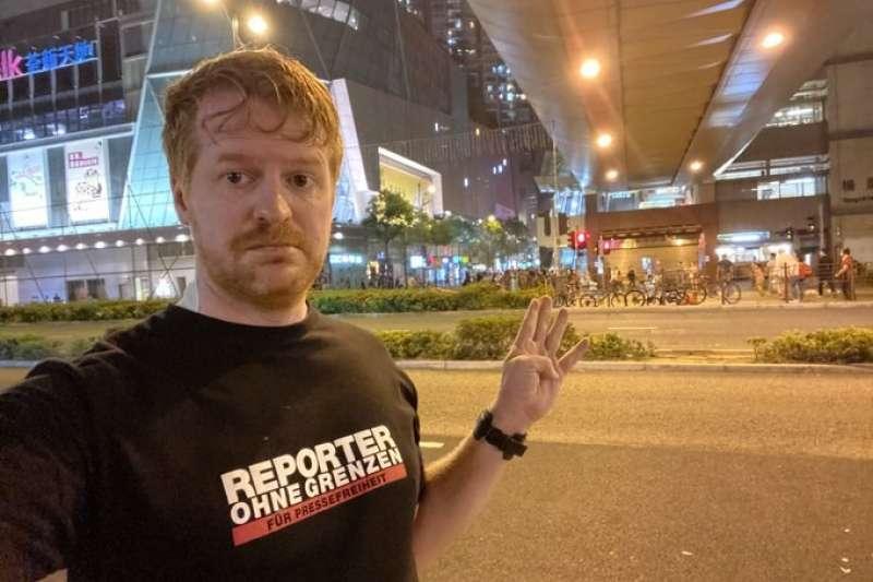 曾在「伊斯蘭國」前線工作的德國記者倫澤推文指出,以他在香港採訪的感受,香港警察比「伊斯蘭國」更讓人畏懼,因為港警難以預料。(翻攝twitter.com/ennolenze)