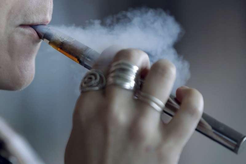 衛福部日推《菸害防制法》修法,將全面禁止電子菸,並將加熱菸納入菸品管理。(資料照,美聯社)【吸菸有害健康】