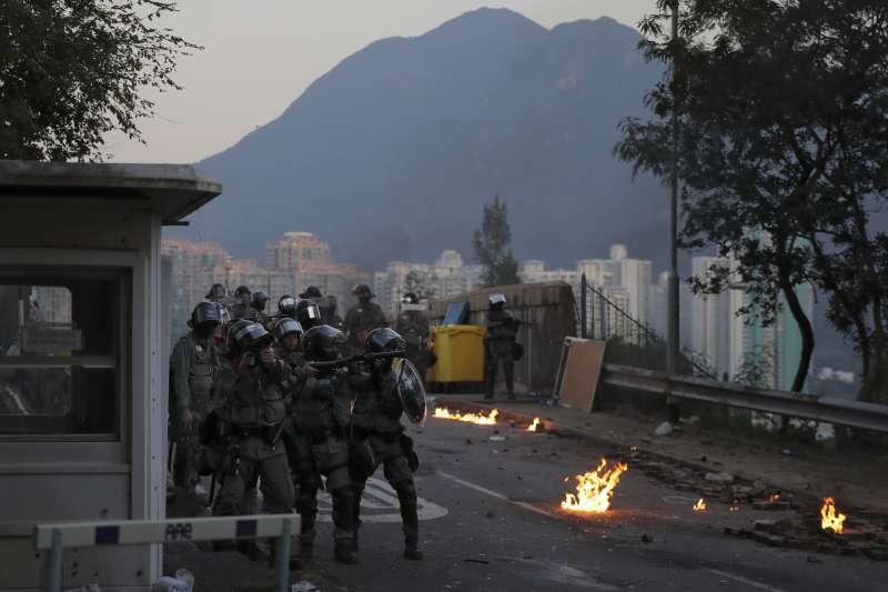 香港反送中抗爭越演越烈,港警11月11日朝中文大學校內發射催淚彈。(AP)