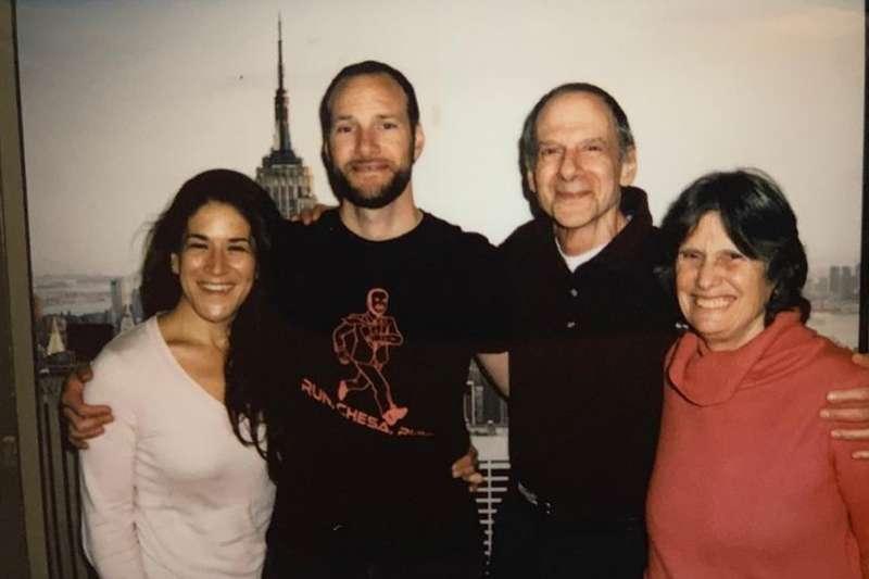 美國舊金山新任地區檢察長鮑丁(Chesa Boudin,左2)的雙親與未婚妻(資料照.AP)