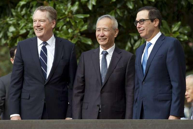 中美貿易談判美方代表萊特希澤、中國代表劉鶴與美國財長馬努欽10月12日在華盛頓會面。(AP)