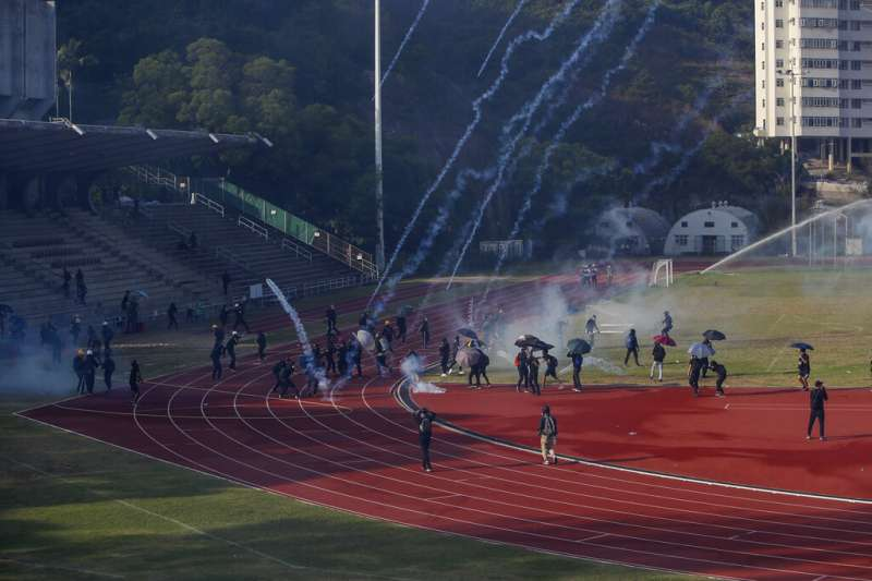 12日,香港警方與示威者在香港中文大學爆發衝突。(AP)