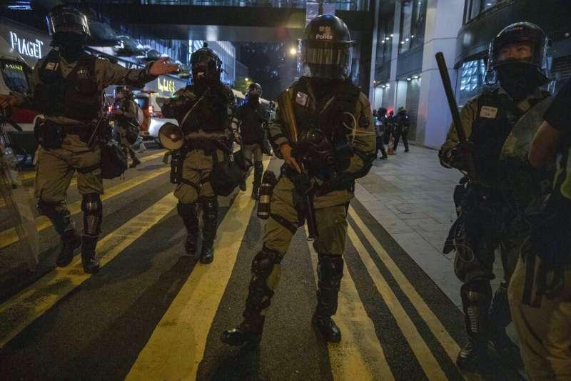 12日,香港警方在街上進行掃蕩。(AP)