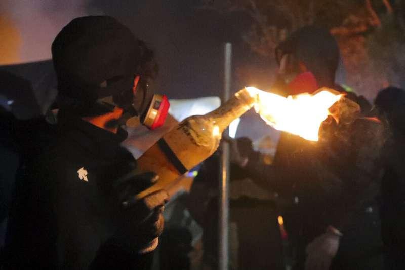 12日,在警民衝突最嚴重的香港中文大學校園,入夜後雙方再爆激烈對峙,警方連射多枚催淚彈,數百名「留守」的示威者不斷以汽油彈還擊。(AP)