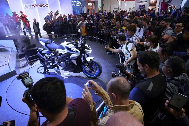 EIMCA米蘭國際摩托車展的KYMCO攤位因著RevoNEX而爆棚,這是來自台灣的光陽結合超過20年電動機車製造專業與前瞻性設計理念,所打造出符合市場期待的次世代高性能街跑重機。 (圖/光陽機車)