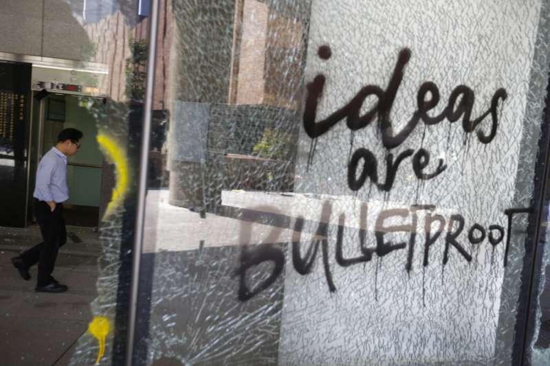 香港理工大學的建築玻璃遭到「反送中」抗爭的學生敲破。(美聯社)