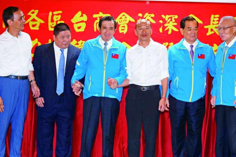 韓國瑜(右三)贏得黨內初選後,連戰(右二)第一時間就發表聲明表態力挺。(郭晉瑋攝)