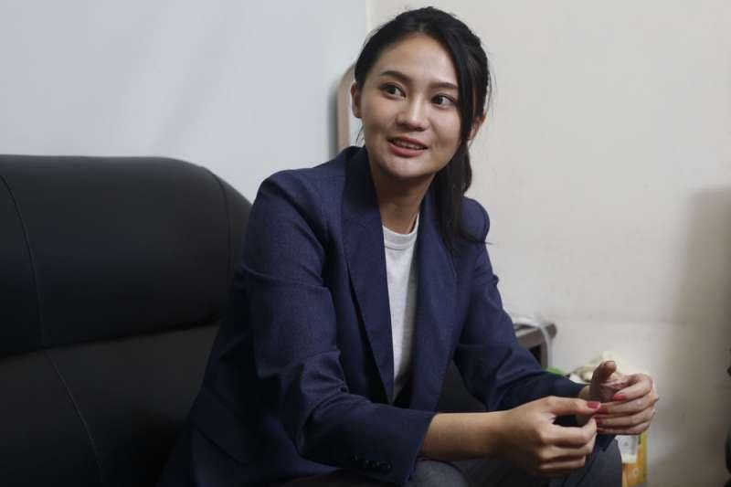 賴品妤不怕被貼政二代標籤,她自帶光與熱投入自己人生的第一場選戰。(郭晉瑋攝)