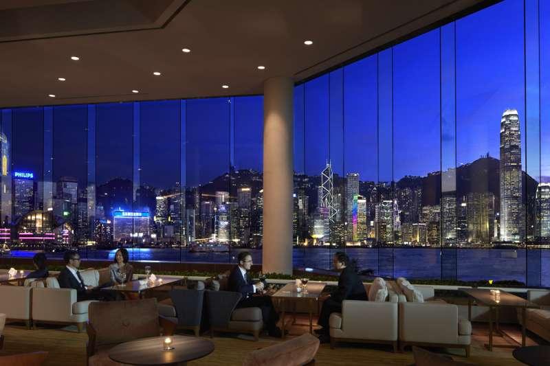 五星級飯店也因香港旅遊業景氣低迷而受影響,圖為香港洲際酒店大廳。(InterContinental Hong Kong@flickr/CC BY-ND 2.0)