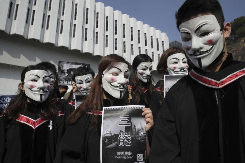 香港中文大學學生戴上面具,悼念在反送中運動中疑似墜樓身亡的22歲學生周梓樂。(資料照,AP)
