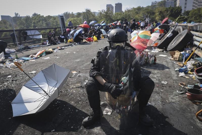 香港中文大學學生11月12日與警方爆發衝突,學生在「二號橋」死守,不讓警方進入校園逮人。(AP)