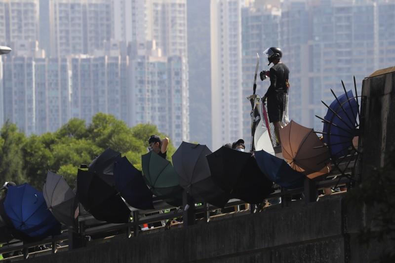 香港中文大學學生11月12日與警方爆發衝突,圖為學生站在「二號橋」衝突現場。(AP)