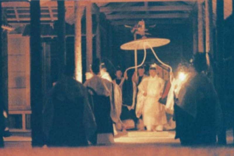日本明仁上皇1990年11月22日舉行大嘗祭的照片。(取自日本外務省網站)