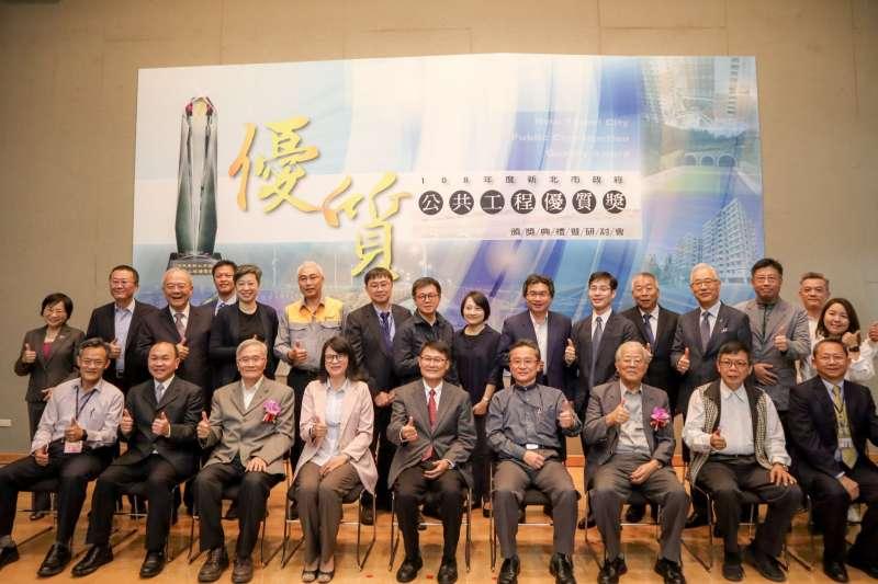 新北市「108年度公共工程優質獎」頒獎典禮邀請副市長陳純敬頒獎,並與評審及獲獎工程單位合影。  (圖/新北市工務局提供)