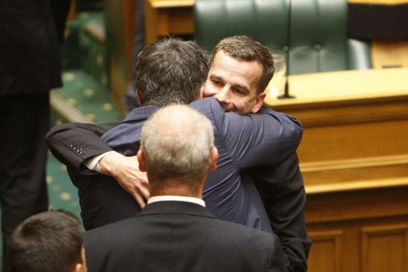 安樂死合法化:提案的行動紐西蘭黨議員西摩爾與其他議員開心擁抱(AP)