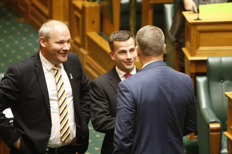 安樂死合法化:提案的行動紐西蘭黨議員西摩爾(中)與其他議員談話(AP)