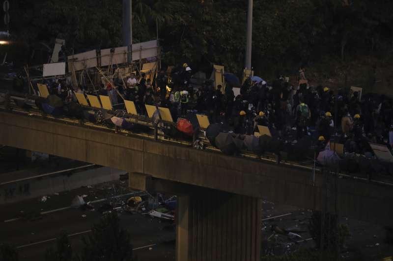 法院拒批禁制令:香港中文大學學生自行架設路障(AP)