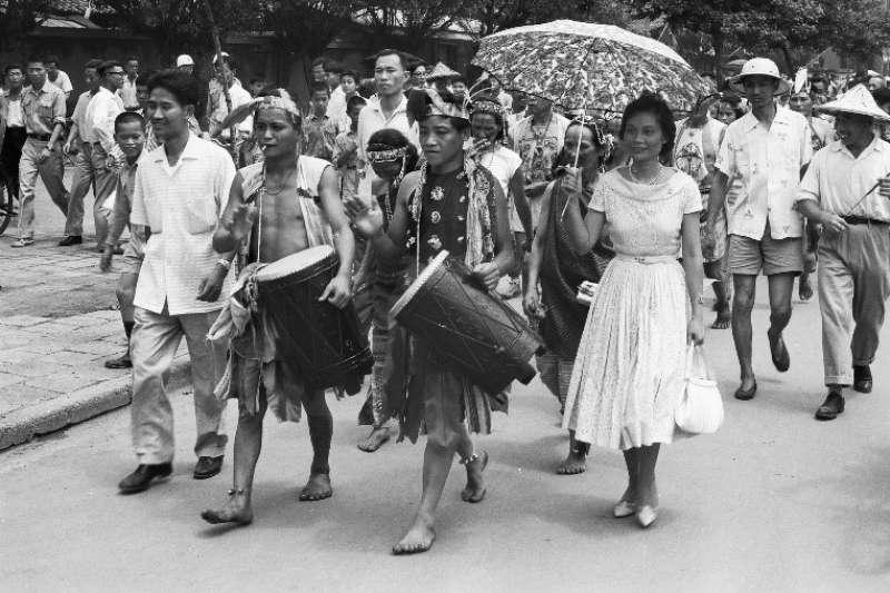歡迎群眾中的台灣原住民隊伍,穿著原住民傳統服飾,擊鼓前進。表演團體眾多,原住民鮮艷的服飾造型,引人注目,提高了表演的效果。(作者徐宗懋提供)