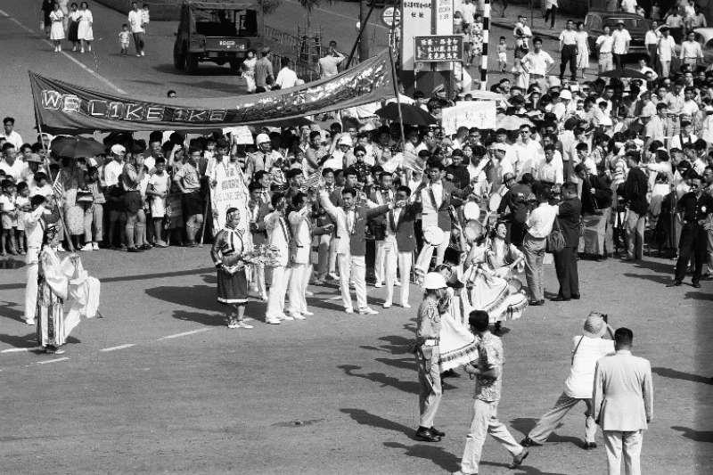 歡迎團體中還有傳統民族舞蹈以及現代流行樂樂隊,他們在街邊即興表演,有如一場嘉年華。艾森豪前來時,台北市有上萬個彩色氣球升高,配合各種表演活動,留下盛況空前的場面。(作者徐宗懋提供)