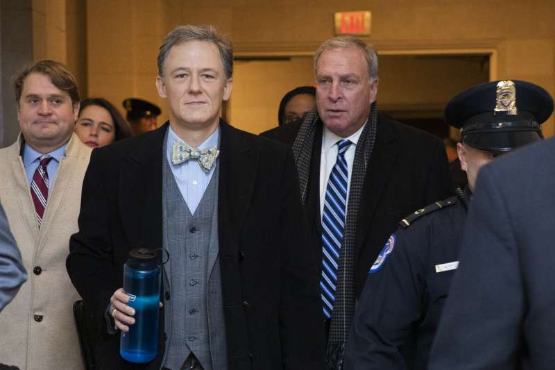 2019年11月13日,美國國務院負責歐洲與歐亞事務的副助理國務卿肯特(George Kent,中)出席「烏克蘭門」聯邦眾議院彈劾川普總統的聽證會(AP)