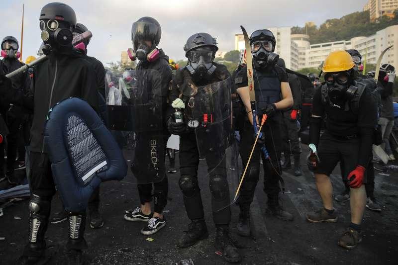 2019年11月13日,香港中文大學示威者全副武裝與警方對峙。(AP)