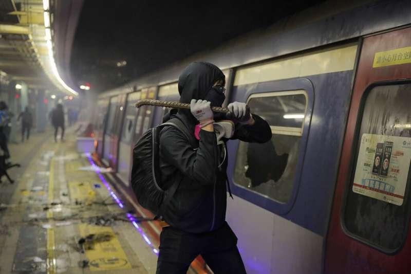 抗爭者在中文大學的港鐵車站月台破壞列車。(美聯社)