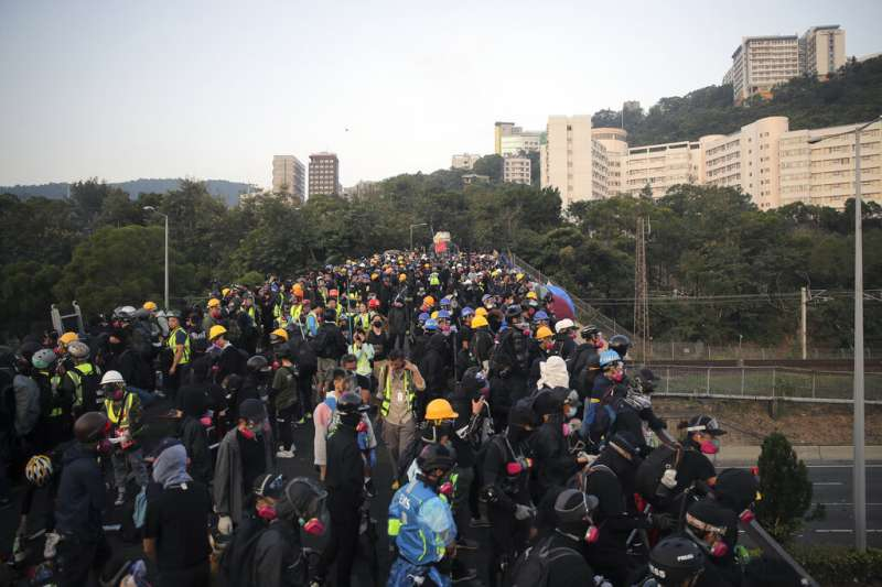 抗爭學生13日一早就在中文大學的二號橋聚集,準備抵禦隨時可能攻進校園的香港警察。(美聯社)