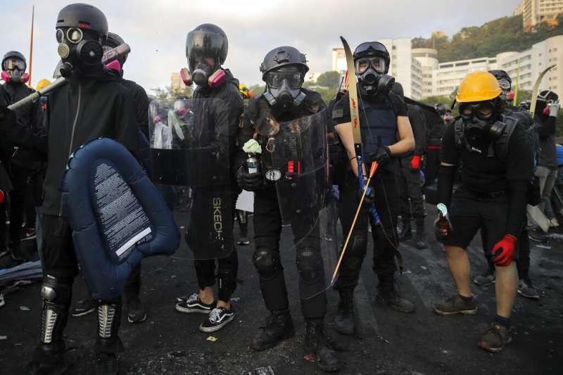 抗爭學生13日一早就在中文大學校園聚集,準備抵禦隨時可能攻進校園的香港警察。(美聯社)