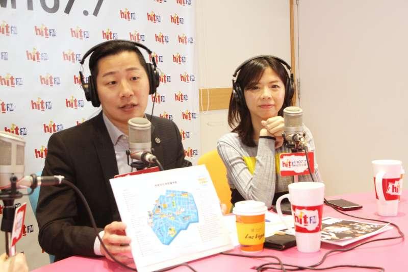 無黨籍立委林昶佐(左)、洪慈庸(右)13接受廣播節目《周玉蔻嗆新聞》專訪。(Hit Fm《周玉蔻嗆新聞》製作單位提供)