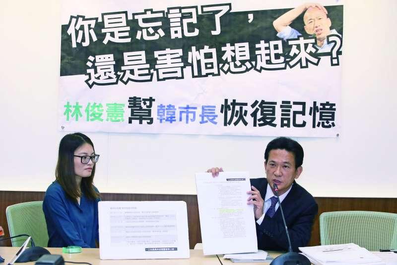 民進黨立委林俊憲(右)接連針對韓國瑜夫婦買賣豪宅案爆料。(柯承惠攝)