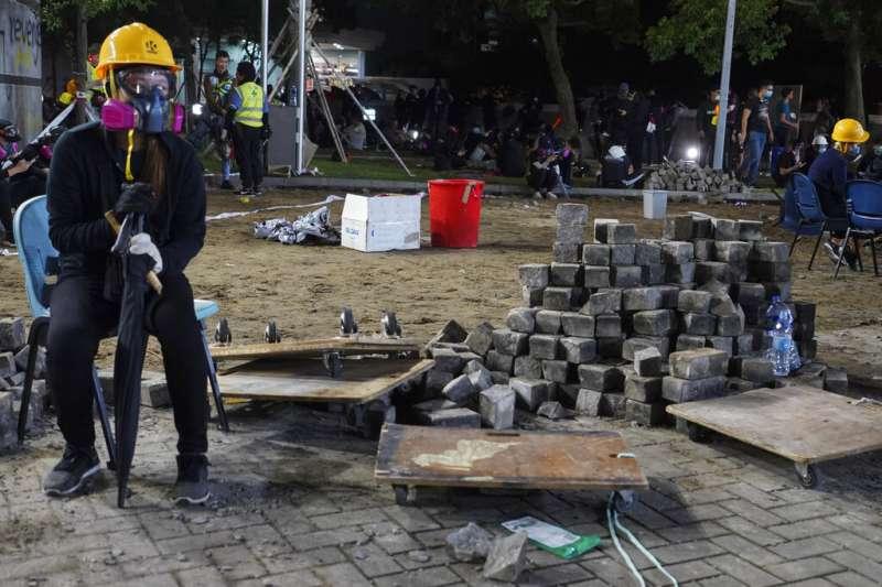 香港城市大學的抗爭者把地磚挖起,準備用磚塊抵禦警察。(美聯社)