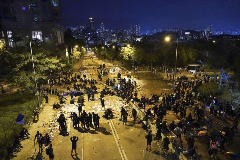 香港城市大學的抗爭者以路障與磚塊抵禦警察。(美聯社)