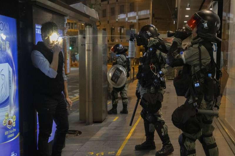 香港警察在港鐵車站逮捕抗爭者。(美聯社)