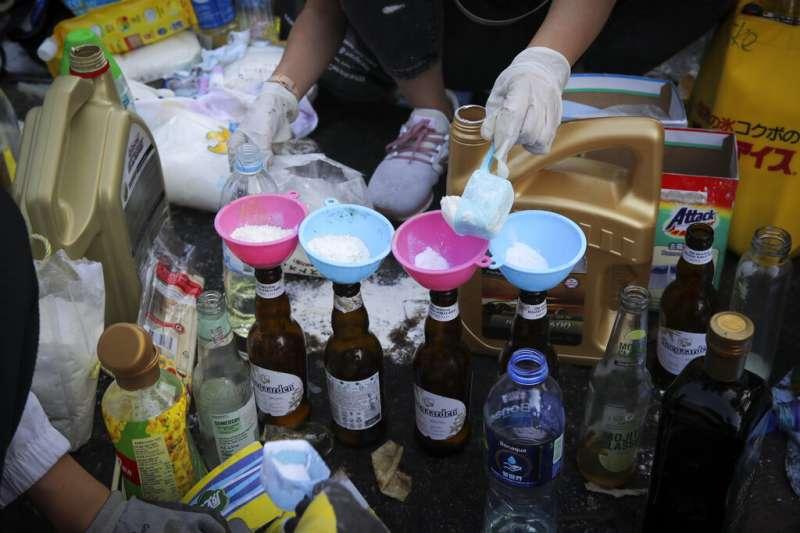 香港中文大學的抗爭者正在製作汽油彈。(美聯社)