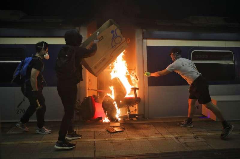 抗爭者在中文大學港鐵站破壞列車。(美聯社)
