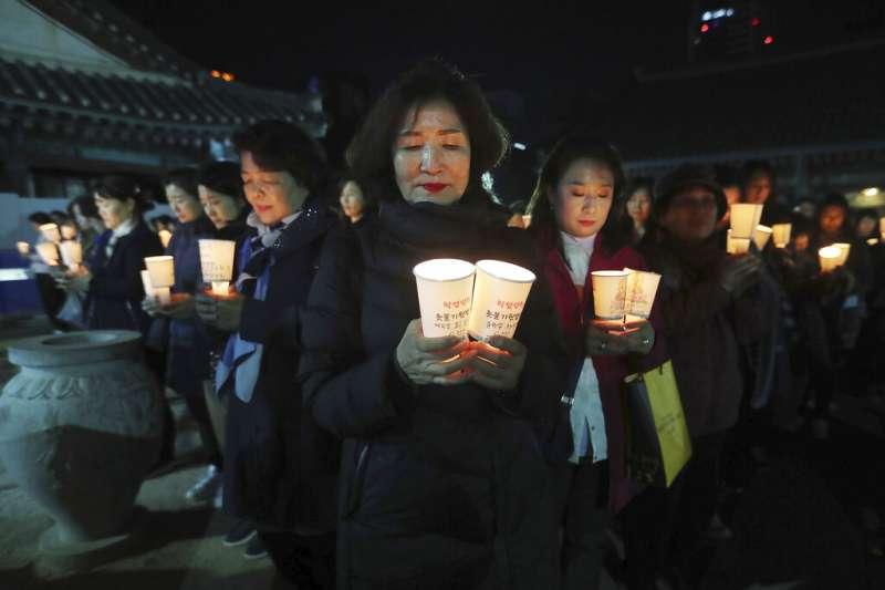 為了祈求子女金榜題名,許多南韓的父母到廟裡祈求神佛保祐。圖為首爾江南區奉恩寺的祈福現場。(美聯社)