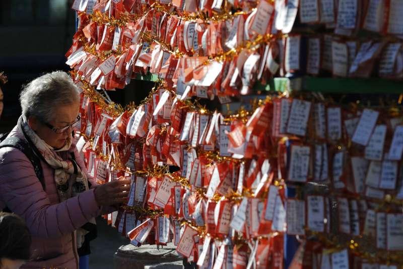 南韓14日舉行大學修學能力試驗,首爾的曹溪寺掛滿了祈望考上好學校的卡片。(美聯社)