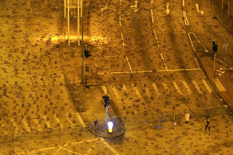 「反送中」抗爭者在香港浸會大學設置路障。(美聯社)