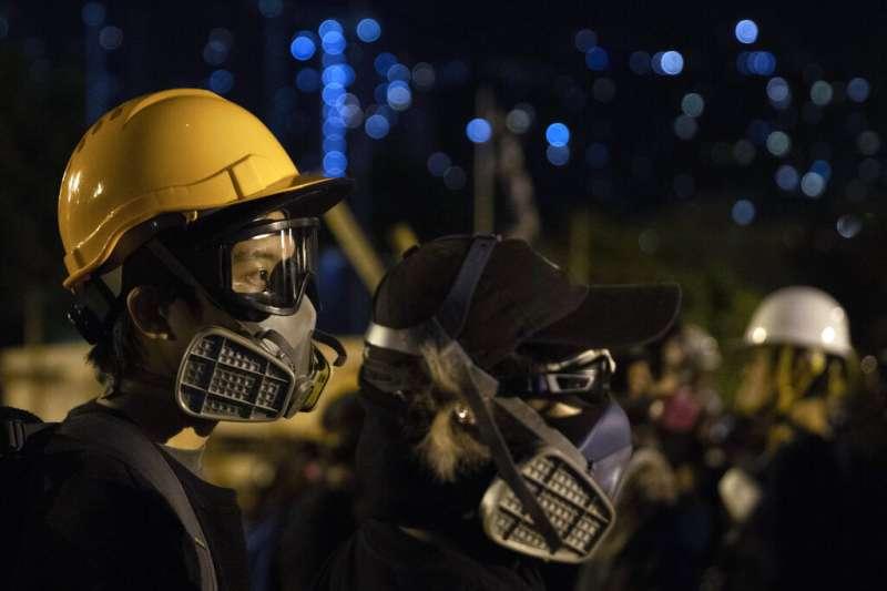香港大學校園裡的「反送中」抗爭者。(美聯社)