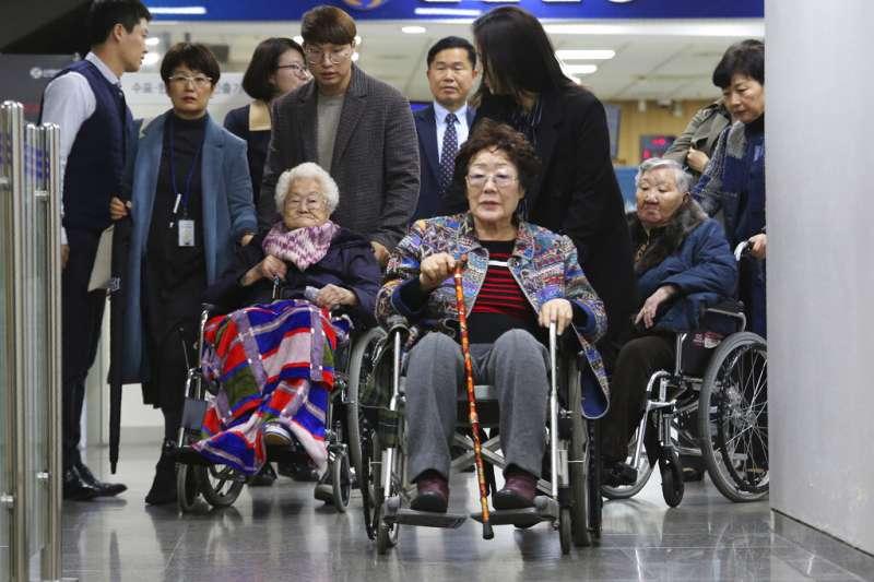 南韓日本軍慰安婦受害者以及遺屬針對日本政府提起的索賠訴訟第一次庭審13日在首爾中央地方法院進行,(右起)受害者李玉善、李英淑、吉原玉(Gil Won-ok)出席。(AP)